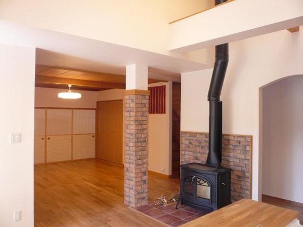 光と薪ストーブで温かな家