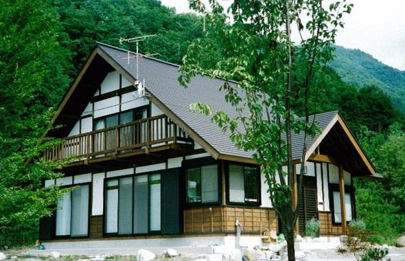木立の中の別荘風住宅
