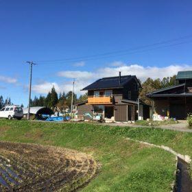 田園地にあるわんぱくカフェ風な家