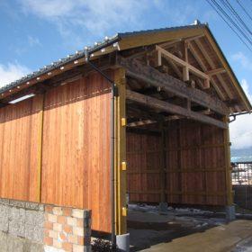 古材を使った伝統工法の通り門