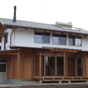 薪ストーブと無垢材の暖かい家